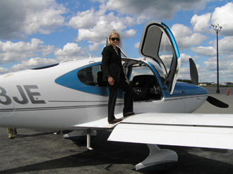 Debra Argen Bording Cirrus SR22 - Performance Flight - Photo by Luxury Experience