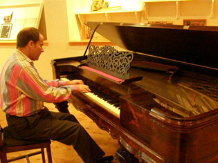 Kenneth Hamrick at Piano Museum, Hunter, New York - Photo by Luxury Experience