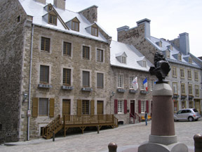 Luuis XIV bust adn Houses in Quebec, Canada - Photo by Luxury Experience