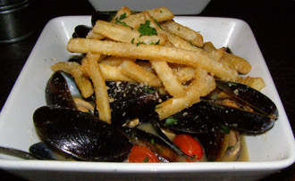 Rocker@Squaw - Mussels and Garlic French Fries - Photo by Luxury Experience