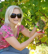 Debra C. Argen with Gouveia Vineyard Seyval Grapes - Photo by Luxury Experience